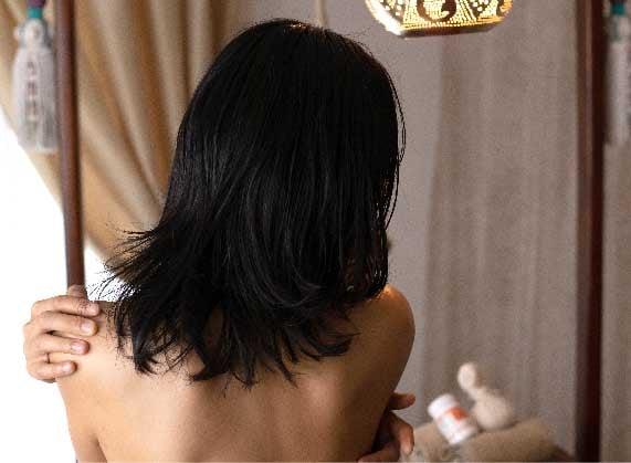 女性の後ろ姿